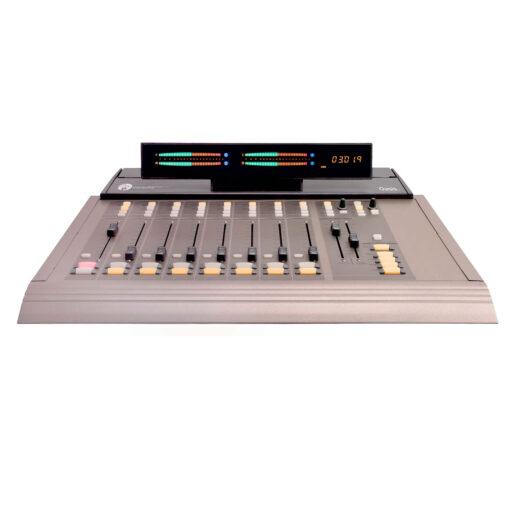 Projetado com as demandas de estúdios de ultima geração, a <strong>PR&E Oasis Console</strong> permite que você migre facilmente do analógico para o digital de maneira econômica e fácil. Além de recursos para todos os componentes de áudio e lógicos necessários, a <strong>PR&E Oasis Console</strong> oferece saídas analógicas e digitais que permitem conectar suas instalações com STLs modernos e infraestrutura de estúdio.